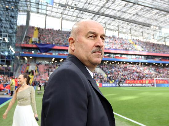 Сборная России по футболу вручила подарок Черчесову