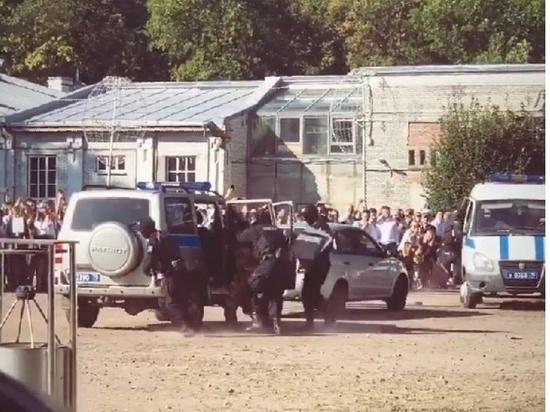 На школьной линейке в Петербурге ОМОН провел показательные задержания