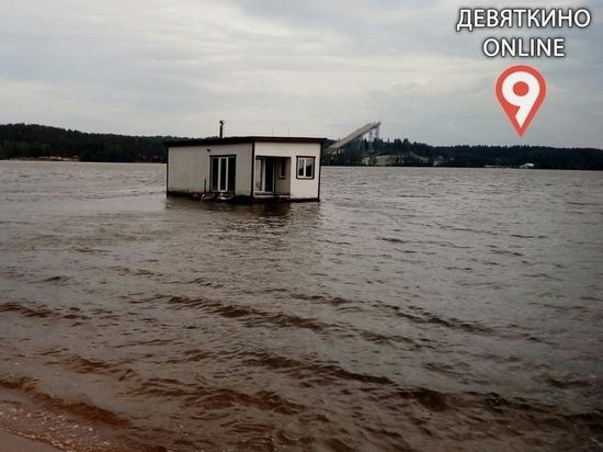 Баня превратилась в судно на озере в Ленобласти