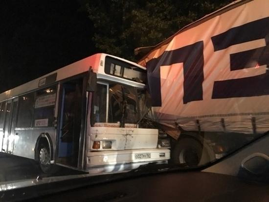 В Ростове пассажирский автобус попал в массовую аварию