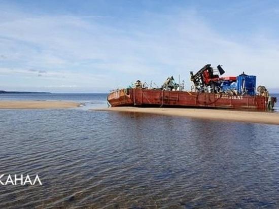 На берегу у Нёноксы военные оставили два фонящих понтона