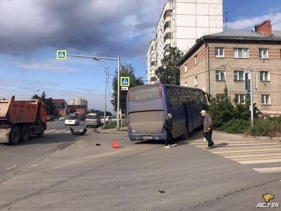 В Новосибирске автобус вылетел на тротуар после ДТП