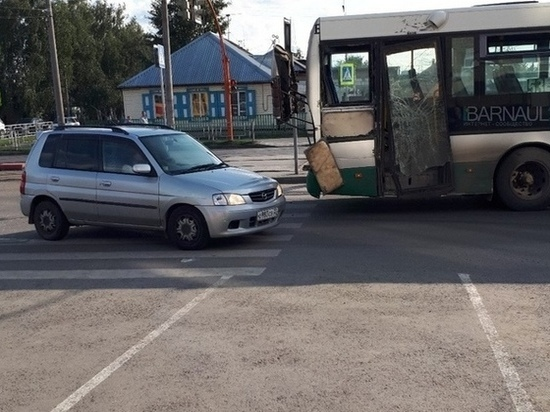 В Барнауле столкнулись автобус и трамвай – есть пострадавшие
