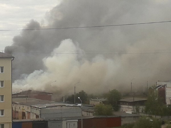 Крупный пожар в новодвинском автосервисе: огонь распространился на 800 квадратов