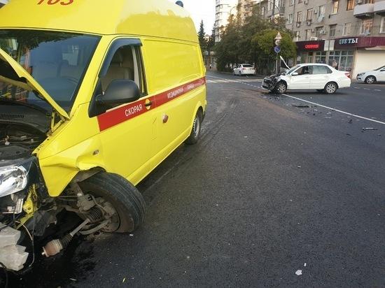 В Сочи легковушка врезалась в машину скорой помощи с пациентом внутри
