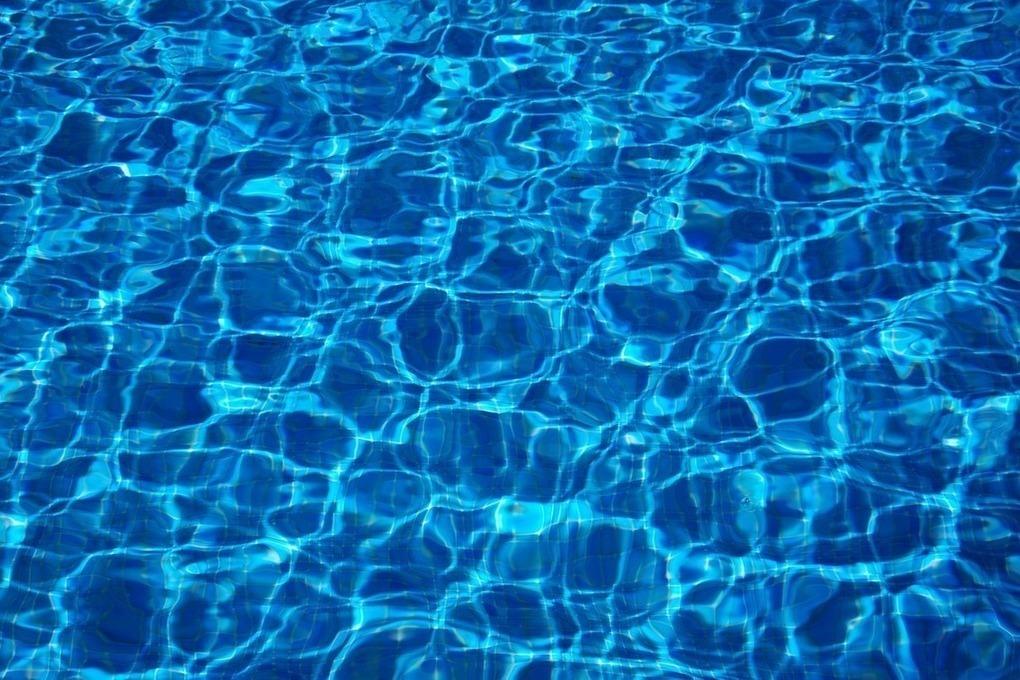 вода в бассейне