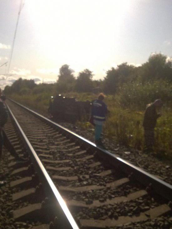 Два человека погибли при столкновении поезда с автомобилем в Ленобласти