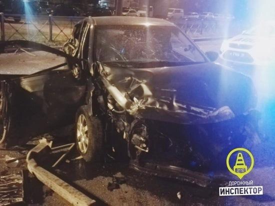 Водитель Hyundai впал в кому после ДТП с ограждением в Купчино