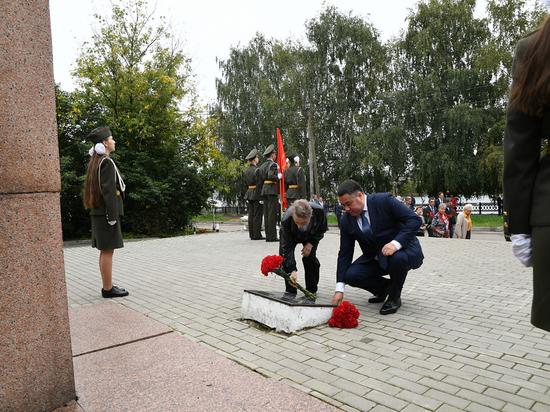 В Кимрах Игорь Руденя возложил цветы к обелиску воинам, погибшим в ВОВ
