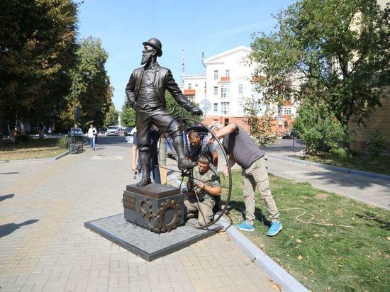 Памятнику Столля в Воронеже вернули отломанную педаль