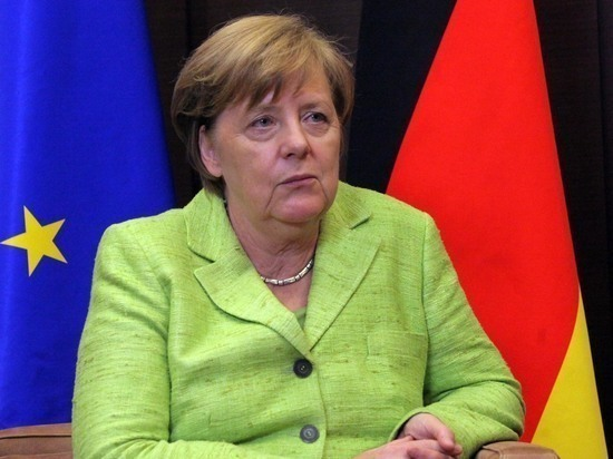 Меркель сидя слушала гимны при тридцатиградусной жаре в Китае