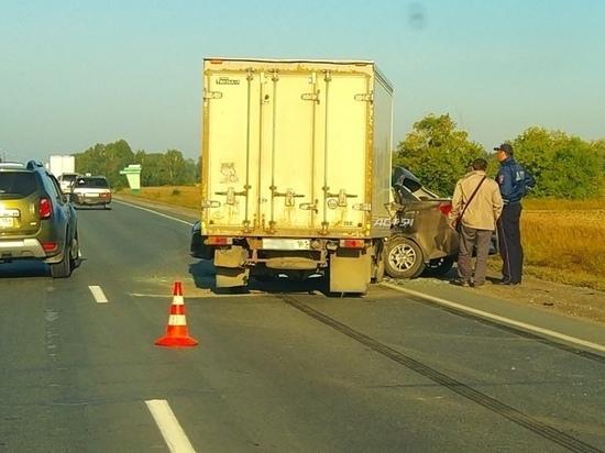 Под Новосибирском водитель иномарки погиб в столкновении с грузовиком