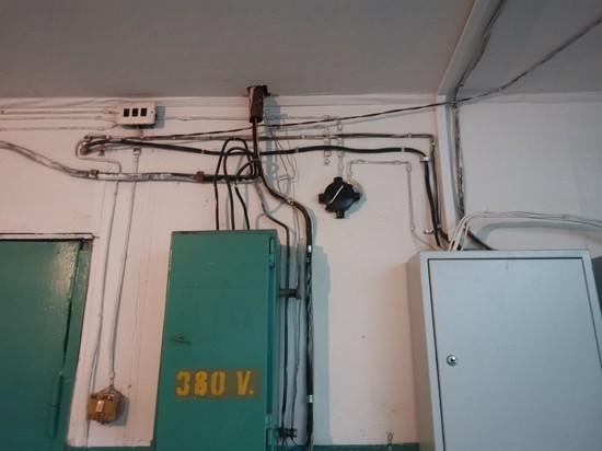 Искрящиеся провода в подъезде напугали жителя Лабытнанги