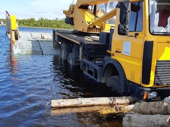 Возведённая Минобороной переправа в Панозеро затонула, не выдержав автокран