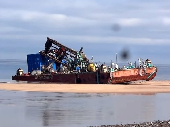 Архангельский обладмин вынужден был признать брошенные на берегу понтоны опасными