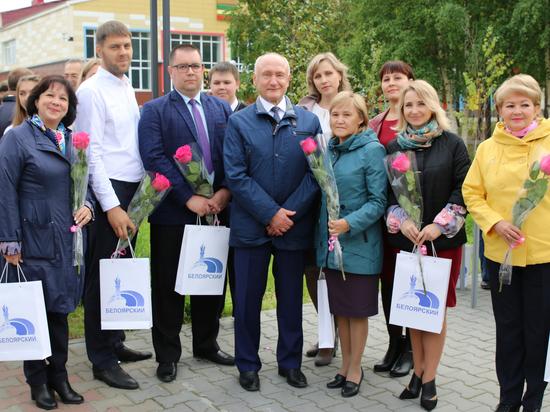 В Белоярском по проекту учеников открыли стелу, посвященную учителям