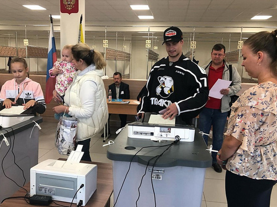 Хоккеисты «Трактора» голосуют на выборах губернатора Челябинской области