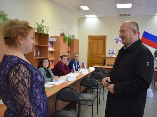 Сенатор от Челябинской области проголосовал на избирательном участке Саткинского района