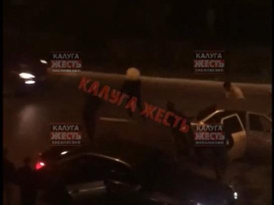 Жители Калуги отметили победу Хабиба танцами на проезжей части