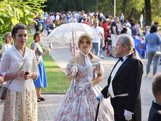 Участники городского бала перенесли Краснодар в XIX век