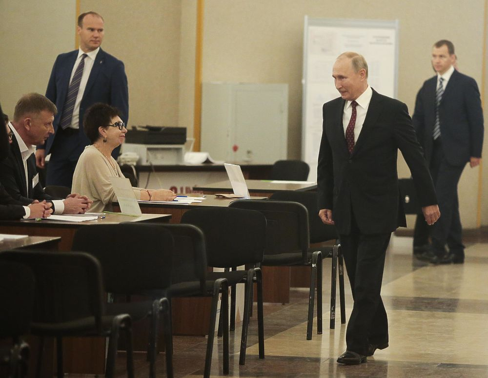 """Задумчивый Путин проголосовал за """"неизвестного"""" кандидата в Мосгордуму"""