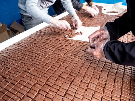 В Улан-Удэ на ярмарке устроили давку за бесплатными конфетами