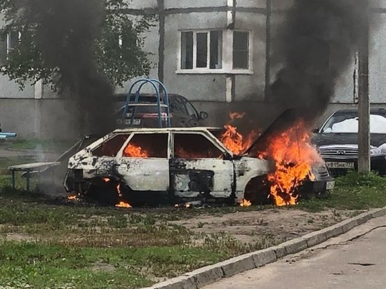 Вчера днём в Северодвинске горел легковой автомобиль, возможен поджог
