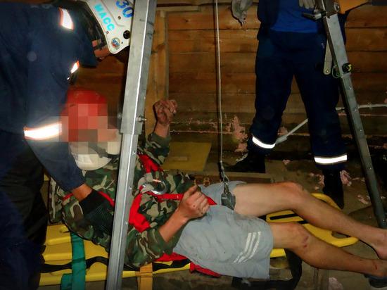 В Новосибирске спасатели вытащили из погреба травмированного юношу