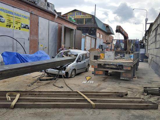 Под Новосибирском автокран расплющил Тойоту