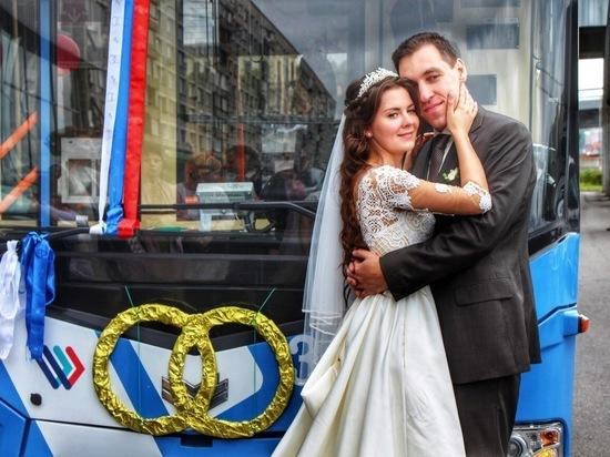 В Петербурге молодожены приехали в ЗАГС на свадебном электробусе