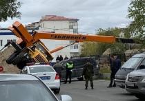 Автокран упал на автомобиль в Надыме
