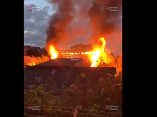 Из горящего дома в Сочи эвакуировали 20 человек: есть пострадавшие