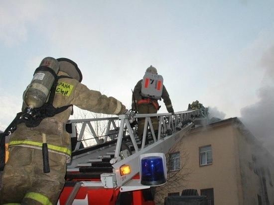 Из горящего дома на Стрельнинском шоссе эвакуировали 15 человек