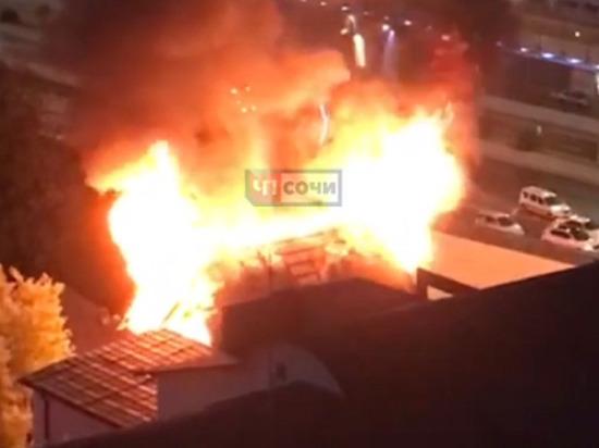 На утреннем пожаре в Сочи погибла девушка, ещё одна женщина пострадала
