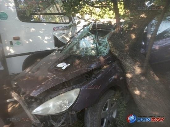 В Ростове иномарка врезалась в автобус: пострадали пассажиры