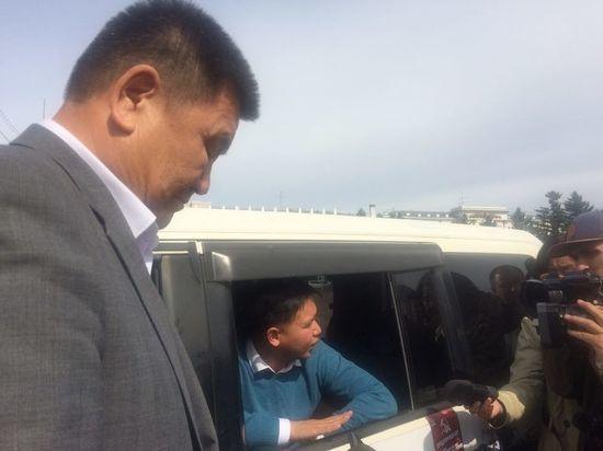 Коммунист Баир Цыренов забаррикадировался в машине до разговора с главой Бурятии
