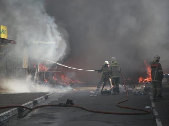 В Геленджике горит рынок: огонь распространился на 300 квадратных метров