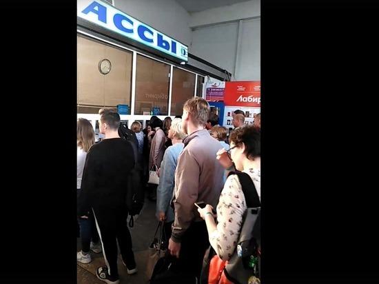Жители Щекина молятся в надежде уехать с автовокзала