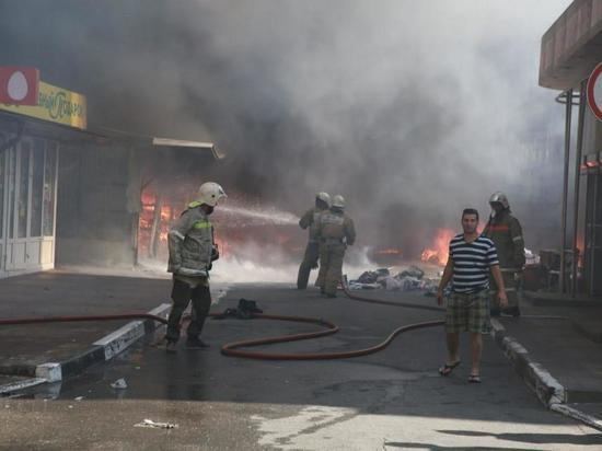Пожар на центральном рынке Геленджика потушен: пострадал один человек