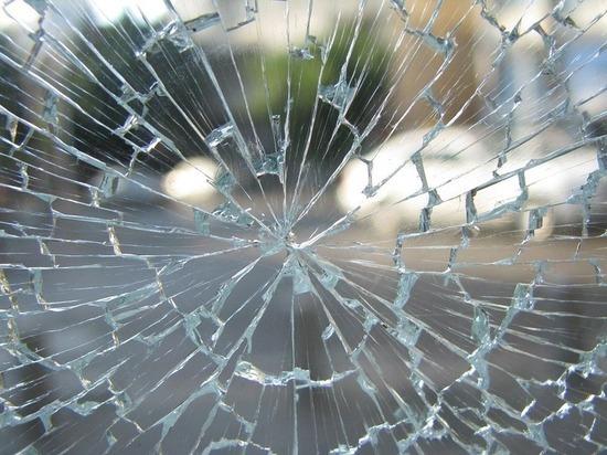 В Казани «Мазда» врезалась в забор и опрокинулась