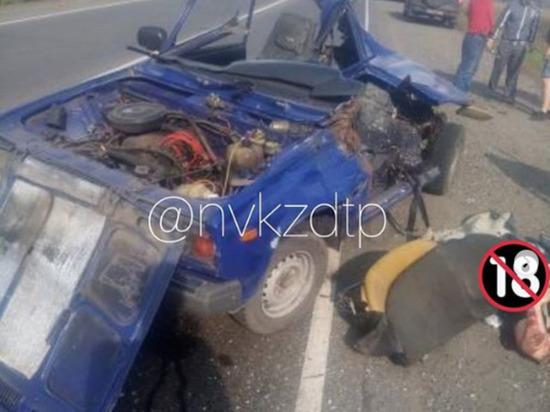 Водитель легковушки оказалась зажата в машине после ДТП на кузбасской трассе