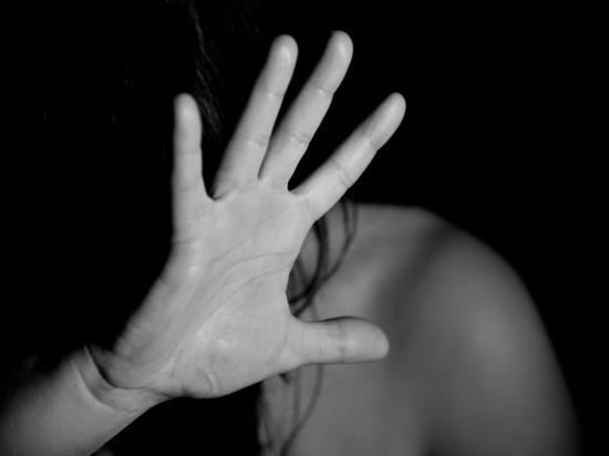 В Белоярске мужчина изнасиловал юную девушку угрожая ей ножницами