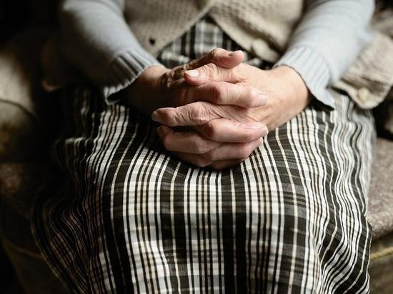 В Петербурге «услужливый» грабитель отобрал у пенсионерки сумку и часы