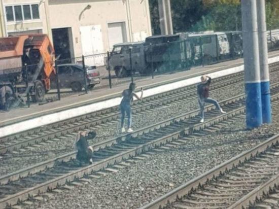 Три юные новокузнечанки рисковали жизнью ради фото на рельсах