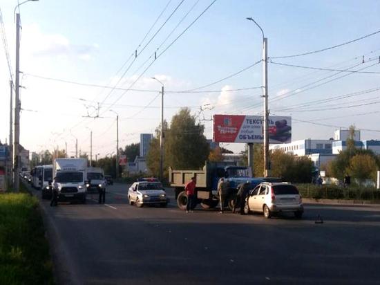 В Иванове водитель легкового автомобиля совершил аварию, выехав на запрещающий сигнал светофора