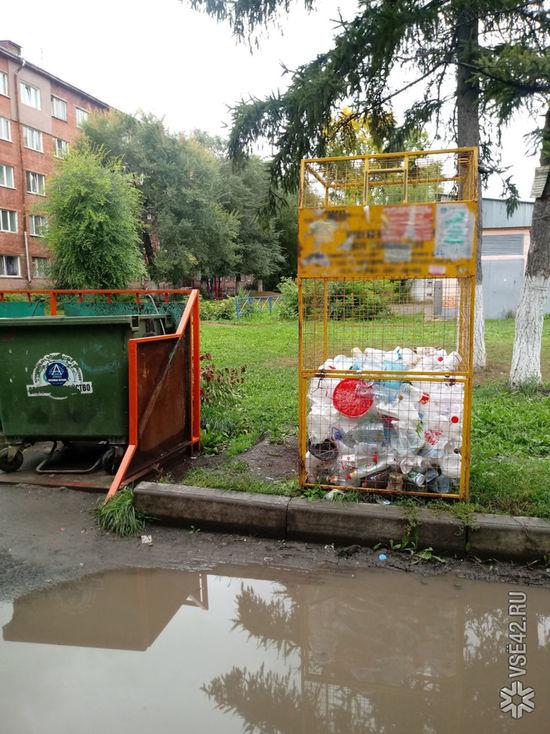 Кемеровчанка пожаловалась на загородившую мусорные контейнеры лужу