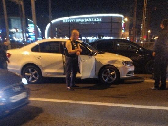В Петербурге пьяного виновника ДТП привязали к машине хомутами