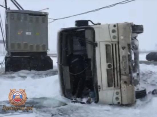 На трассе под Норильском перевернулся автобус: пострадали 7 человек