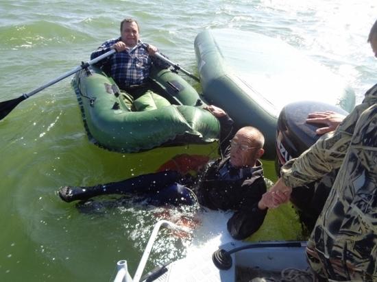 В Ростовской области спасли рыбака, едва не утонувшего в перевернувшейся лодке
