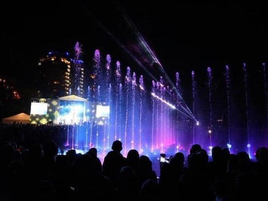 В Центральном парке Новосибирска заработал свето-музыкальный фонтан